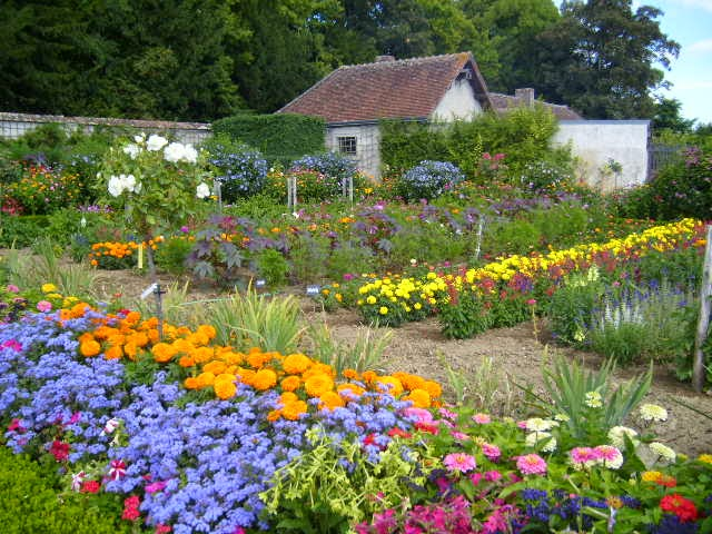 Chateau_de_Bouges_Flower_Garden_1